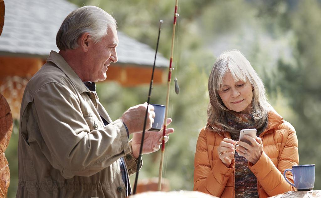 casal de senhores usando aparelho auditivo amplisound centro auditivo porto alegre