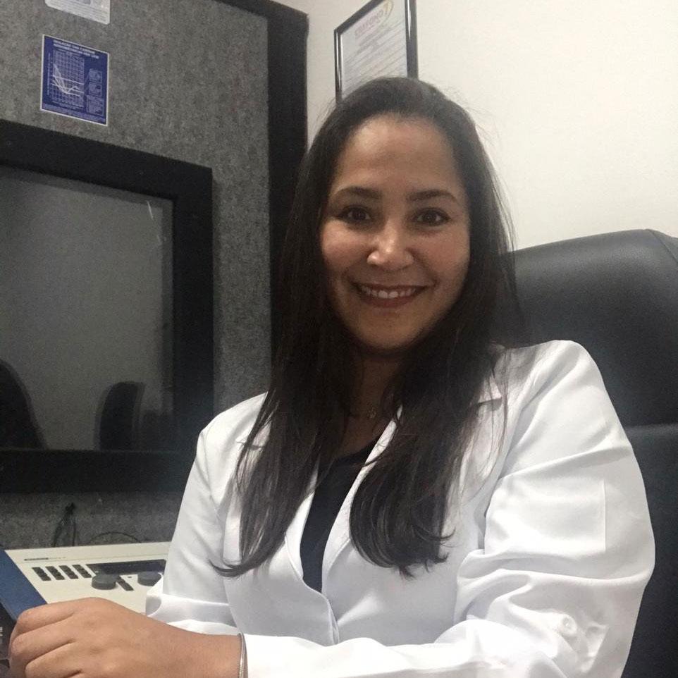 juliana nery fonoaudióloga centro aparelhos auditivos Amplisound em Torres